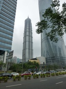 der Jin Mao Tower in der Mitte