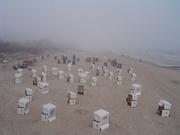 Strandkörbe versinken im Nebel