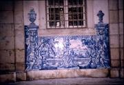 fliesengeschmückte Wand