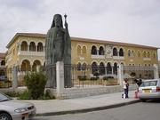 Bischofspalast mit Makarios-Statue