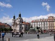Altstädter Ring mit St. Nikolauskirche und Hus-Denkmal