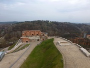 Blick auf die Burgruine und den Berg mit den drei Kreuzen