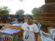 Frau mit Thanakapaste geschmückt